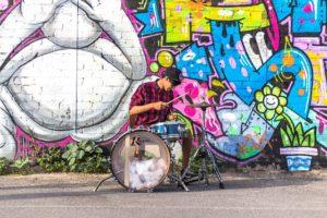 Trommeslager foran grafittivæg
